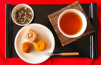 七爽茶を飲んでリラックスした時間を楽しむ